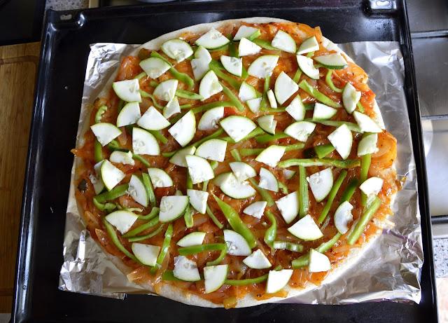 Marokanka przyrządza pyszną domową pizzę z czterech serów i z łososiem