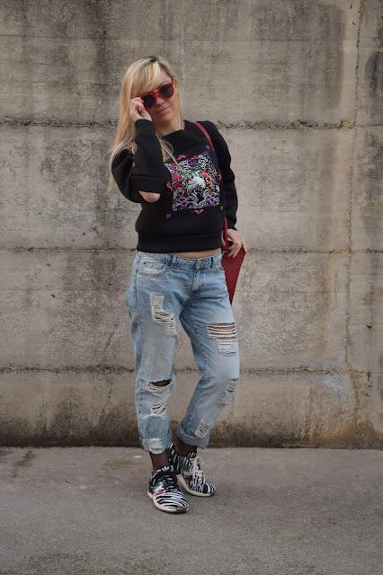 felpa nera ricamata felpa manica cut out borsa rossa jeans strappati calze a rete occhiali da sole rossi felpa ricamata come abbinare un felpa ricamata outfit dicembre outfit invernale casual mariafelicia magno fashion blogger colorblock by felym fashion blog italiani fashion blogger italiane blogger italiane blog di moda web influencer italiane
