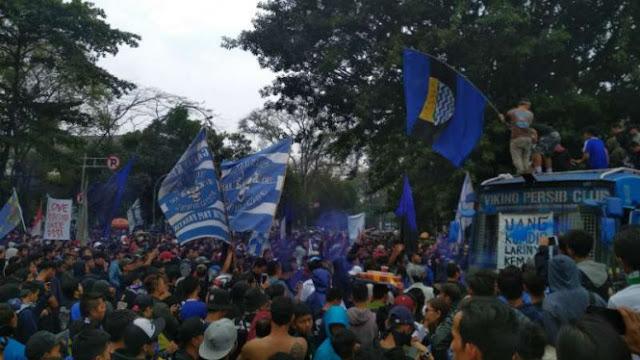 Lawan Sanksi PSSI, Ribuan Bobotoh Kepung Gedung Sate