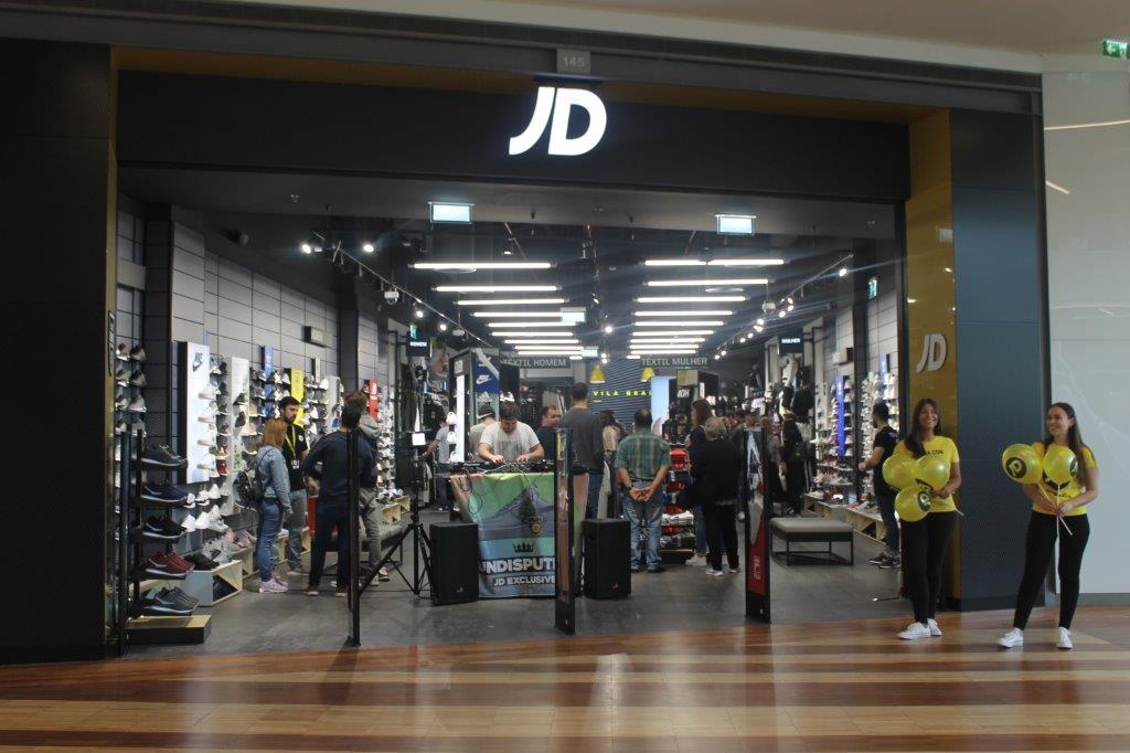 79162152d ... pela consultora imobiliária CBRE, reforçou o seu mix comercial com a  abertura da nova JD Sports. A loja de roupa e calçado desportivo abriu ...