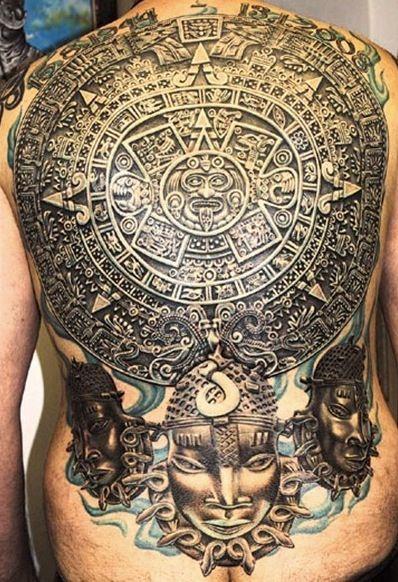 Tatuajes en la espalda de calendario azteca