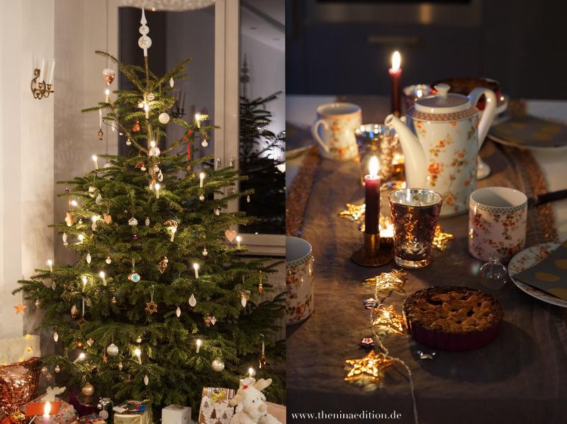 geschmückter Weihnachtsbaum und weihnachtliche Teetafel