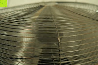 im Betrieb: Andrew James großer 45cm Bodenventilator aus Metall – 100 Watt, kraftvoller Luftfluss, 3 Geschwindigkeitseinstellungen und verstellbarer Neigung – 2 Jahre Garantie