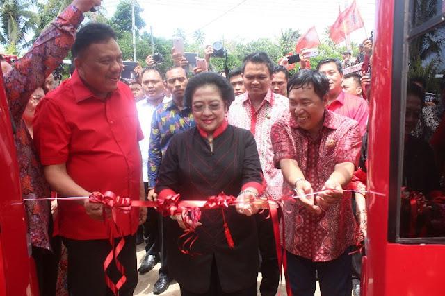 Bupati Mitra James Sumendap saa mendapingi Ketua Umum DPP PDI Perjuangan Megawati Sukarno Putri dan Gubernur Sulut, pada Louncing Ambulance Keliling yang ditandai dengan pengguntingan pita.