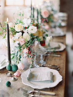 elizabeth-messina-farmhouse-table-floral-centerpiece-candles-placesettings