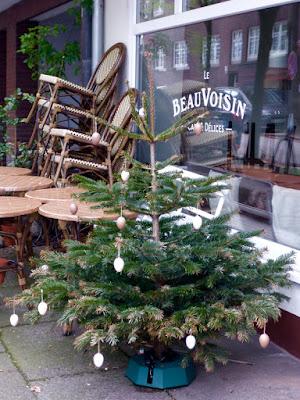 Weihnachtsbaum mit Osterschmuck