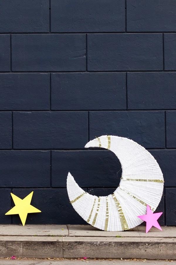 piñata en forma de luna
