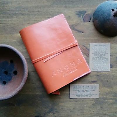 fundas-cuero-cuadernos-agendas-reutilizables-personalizadas-iniciales-logos-monogramas-ilustraciones-frases.jpg
