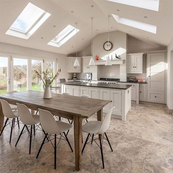 Phòng bếp và phòng ăn hiện đại lấy cảm hứng từ phong cách nhà trang trại với bàn ăn mộc mạc.