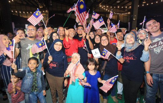 Sambutan ambang merdeka 2016 di Johor Bahru, 6 gambar sambutan ambang malaysia merdeka 2016, gambar sambutan ambang merdeka ke-59 bersama perdana menteri datuk seri najib razak, debaran menuju ambang merdeka 2016 menunggu detik jam 12 tengah malam tanggal 31 ogos 2016, konsert sehati sejiwa sempena hari kebangsaan malaysia 2016