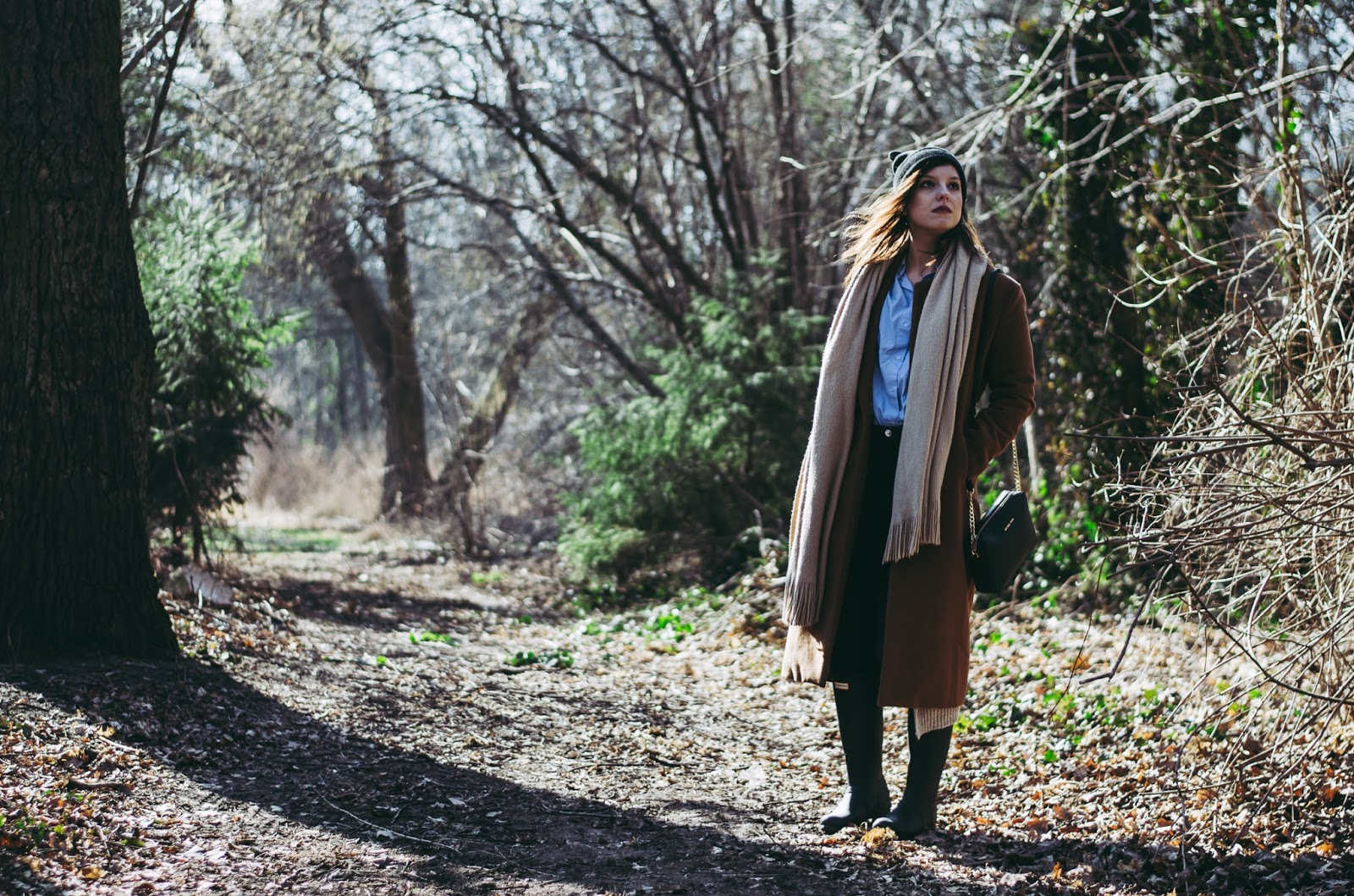Camel coat, Hunter waders, blue shirt, oversize beige scarf blog blogger