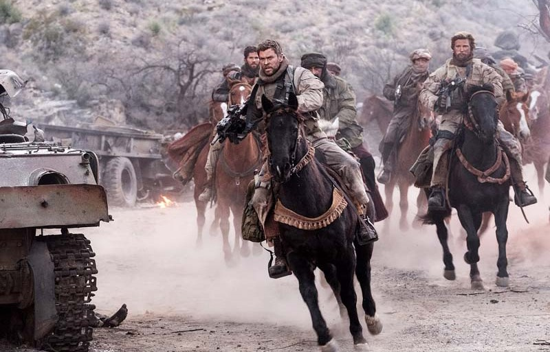 "Chris Hemsworth lidera o confronto no Afeganistão no trailer de ""12 Strong"""