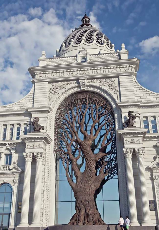 The central element, giving the building originality - a tree 20 meters high - is made of bronze.