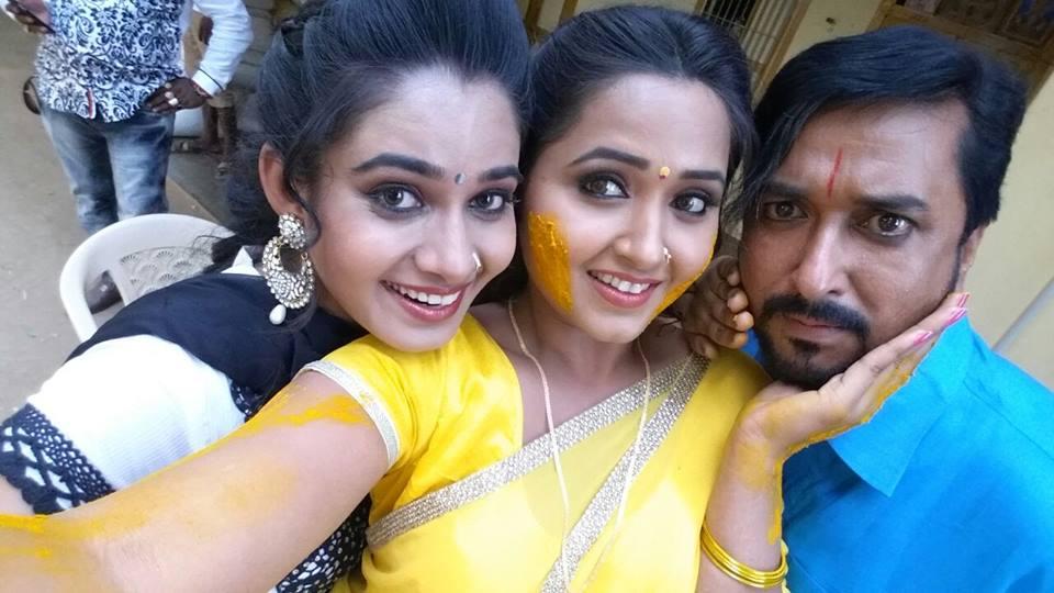 Kajal Raghwani, Khesari Lal Yadav ON Set of Mehndi Laga Ke Rakhna Bhojpuri Film Shooting photo