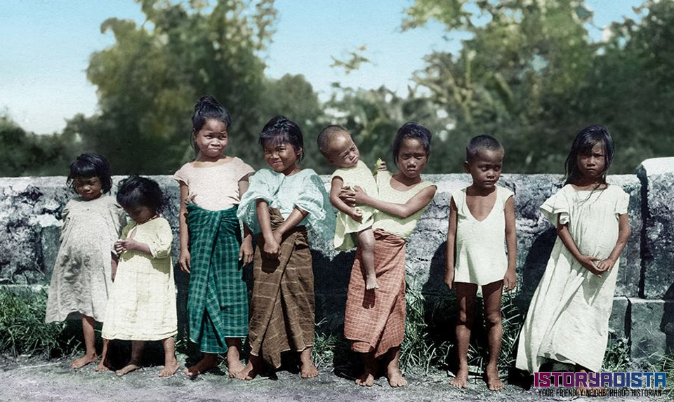 Filipino children at a bridge in Iloilo (August 1905)
