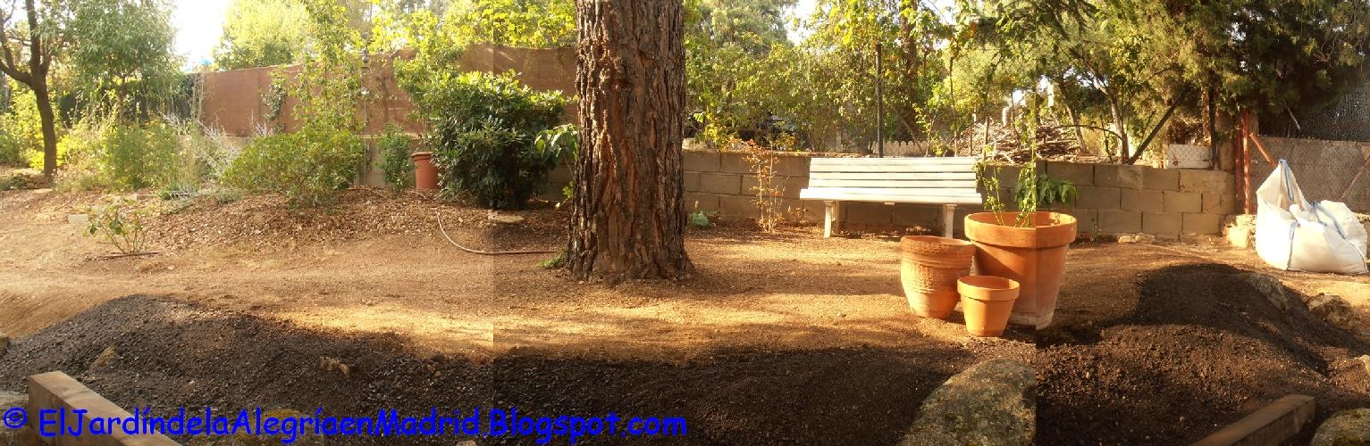 El jard n de la alegr a rocalla con bancos de piedra y for Astillas de madera para jardin