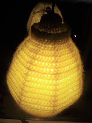 Nålbunden lampskärm, flerfärgsvirkning och inspiration. Needlebound lamp shade, intarisa crocheting and inspiration.