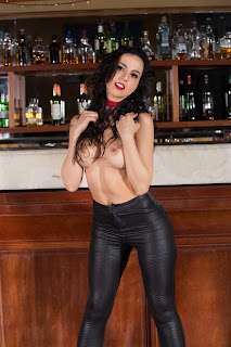 Casual Bottomless Girls - Sexy Naked Girl Flavia De Celis - 2