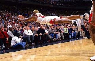 smešna slika: leteći košarkaš Dennis Rodman