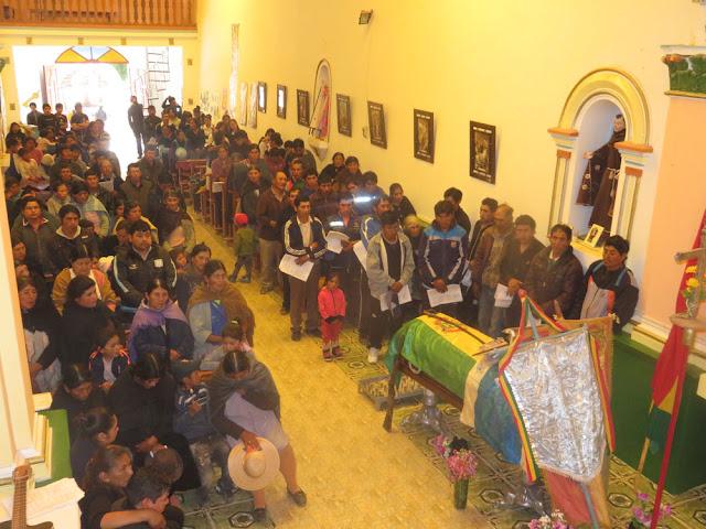 Vor der Beerdigung wurde der Verstorbene dann aber auch noch zum Seelenamt in die Pfarrkirche gebracht
