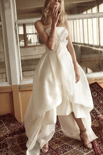 Nowoczesna, asymetryczna suknia ślubna od BIZUU.