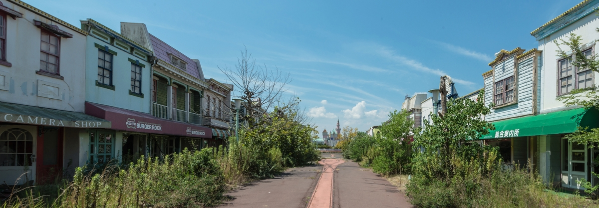 07-Abandoned-Row-of-Shops-Photographs-of-Abandoned-Amusement-Park-Nara-Dreamland-in-Japan-www-designstack-co