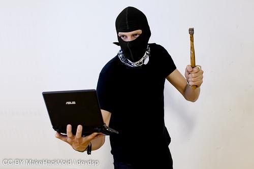 Hacker sosteniendo computadora