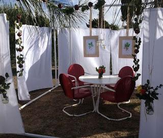 Membangun Sendiri Ruang Makan Beratapkan Daun dan Ranting Pohon
