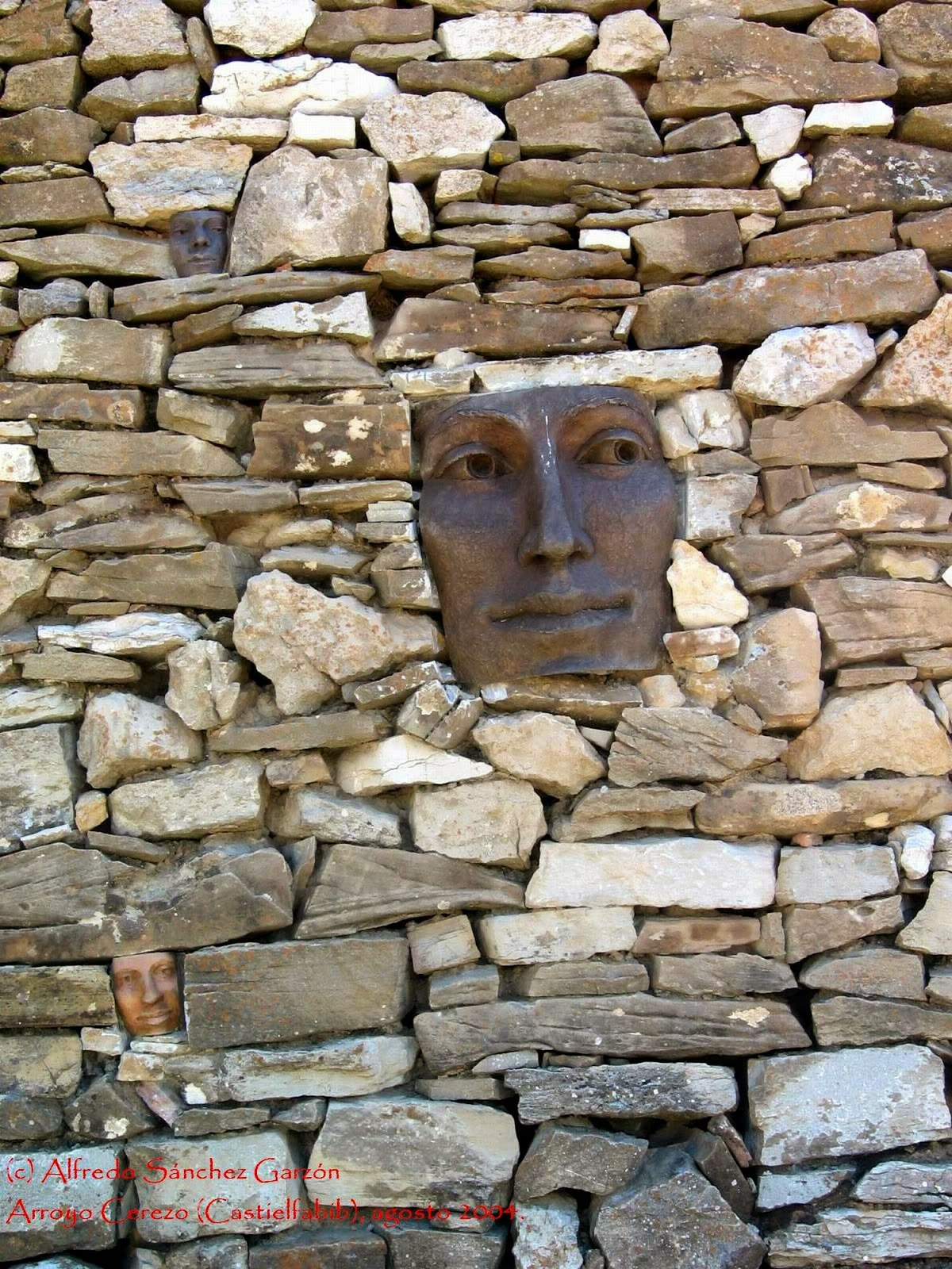 arroyo-cerezo-pared-caras-mascaras