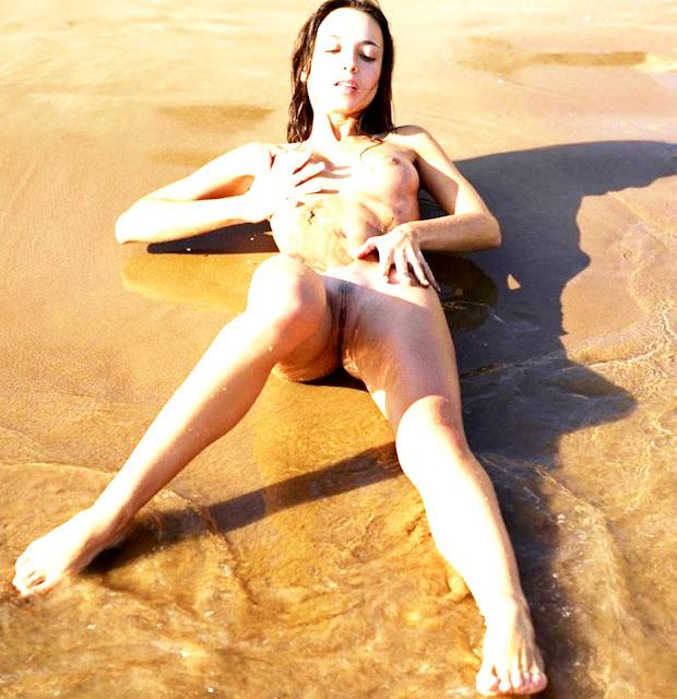 Фото эротика www.eroticaxxx.ru - Мокрая голая писька на пляже (18+)