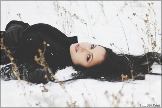 ảnh cô gái nằm dưới tuyết trắng mùa đông