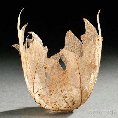 Tazon hechos con hojas de maple para decoración.