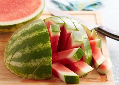 cara menghilangkan noda hitam dengan semangka