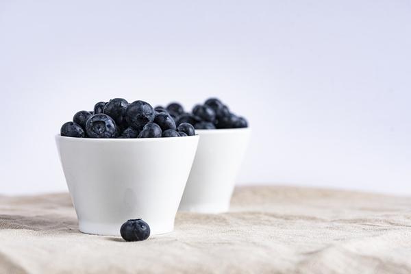 Nazbieraj jagód. Jagody wspaniale nadają się do ciast, naleśników, smoothie, deserów, makaronu z jagodami, a także dżemów i kompotów.