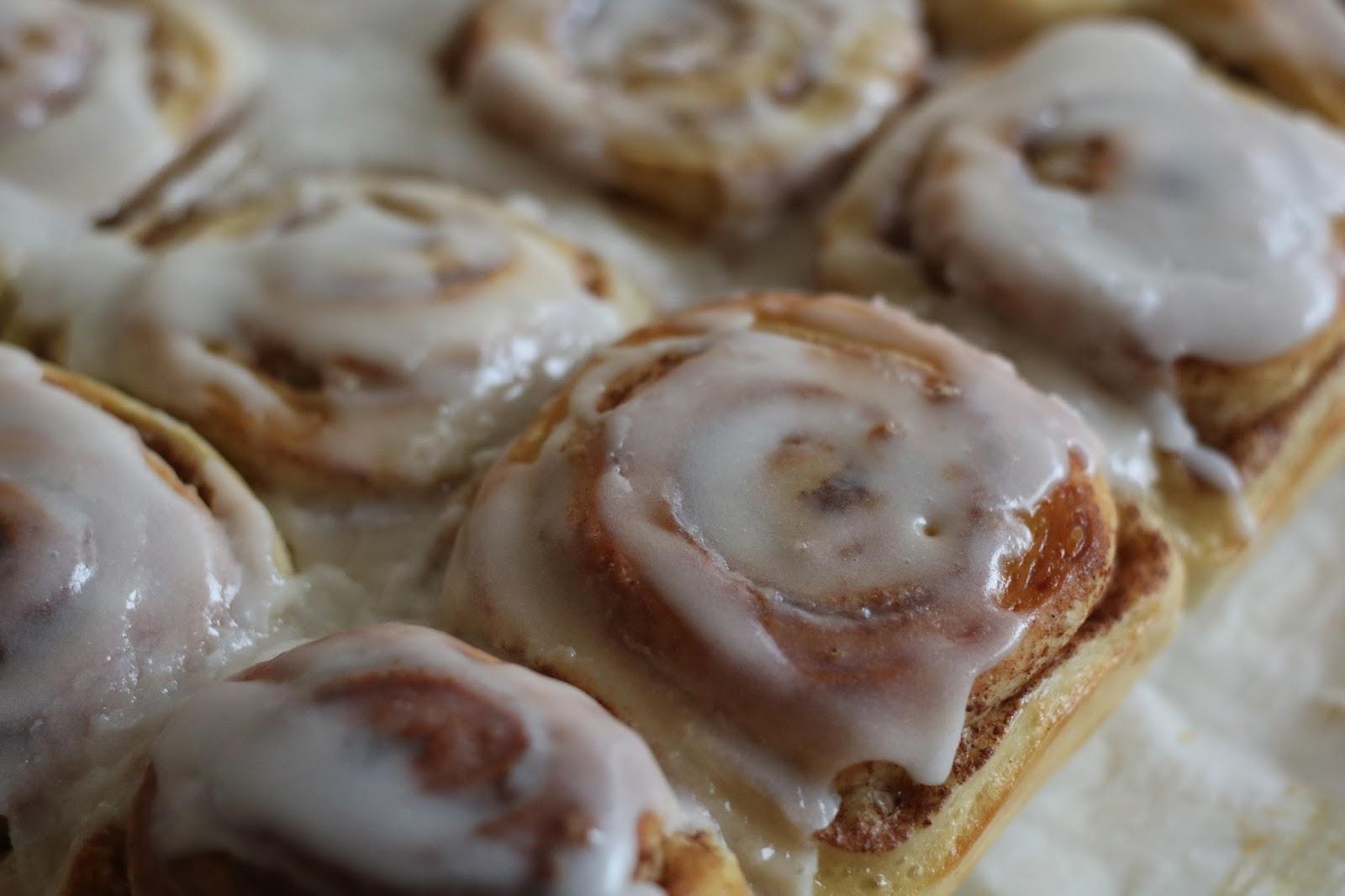 Tiernos bollos rellenos de canela y azúcar moreno para el desayuno