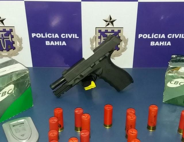 Arma de fogo e munição em cima da mesa
