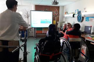 Um grupo de alunos ouve com atenção as palavras da Dra. Inês e no quadro encontra-se representado o farol de Aveiro, o mais alto de Portugal