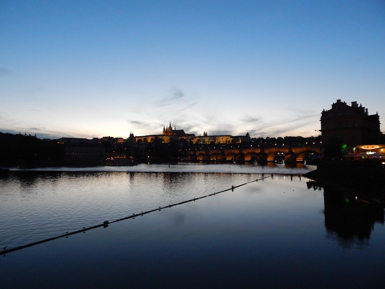 Noční pohled na Karlův most v Praze