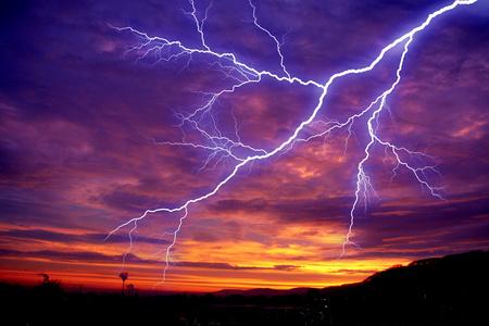 आसमान में बिजली क्यों चमकती है।