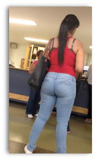 joven mujer caderona pantalon apretado
