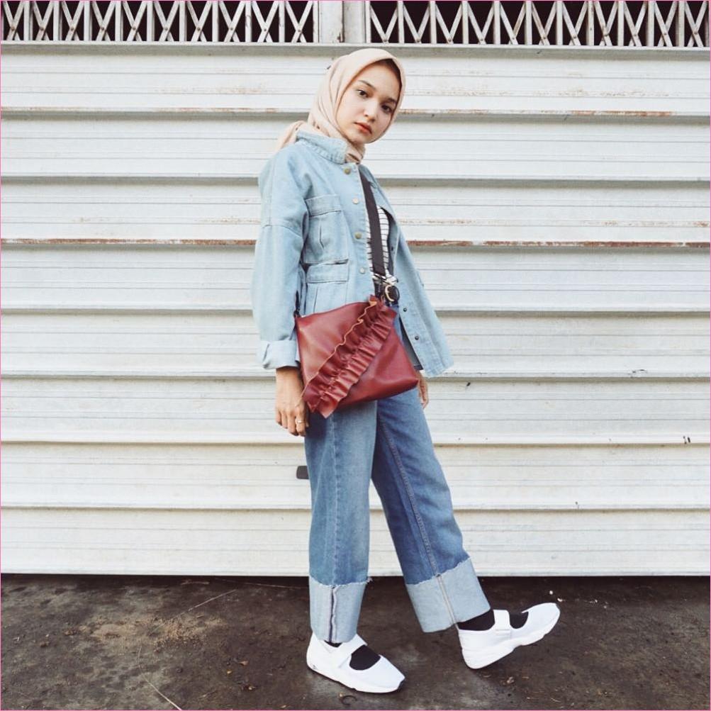 Outfit Celana Jeans Untuk Hijabers Ala Selebgram 2018 t-shirt stripe jacket jeans slingbags merah tua kerudung segiempat hijab square krem pants jeans denim sneakers lace ups putih kaos kaki hitam ootd trendy