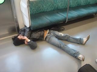 भीड़ से बचने के लिए इन देसी लोगों ने ट्रेन में लगाए ऐसे जुगाड़ कि हर कोई देखता ही रह गया (Funny Images Of Indian Trains , Funny Images In Hindi, Most Funny Images, Latest Funny Photos