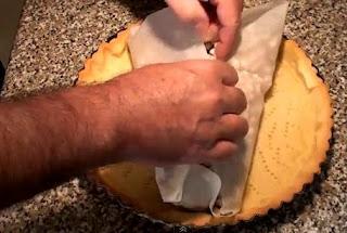 Imagen: Retirando los garbanzis de la masa de tarta de limón
