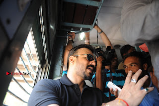 Bollywood Actor Vivek Oberoi Snapped Travelling by Local Train to Kelve  0008.JPG