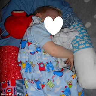 Kleinkind schläft Schlafsack