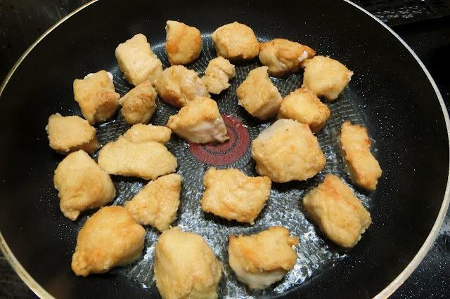 鶏肉に片栗粉をまぶしてから揚げ焼きにする