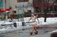 Lustiger Mann in Windel und Schnuller läuft über Straße