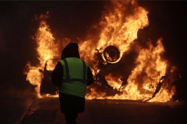 Παρίσι: Χάος με βίαια επεισόδια και συγκρούσεις διαδηλωτών με την αστυνομία (βίντεο)