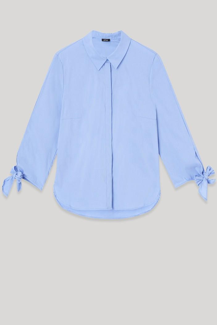 camicia azzurra oltre con fiocchi
