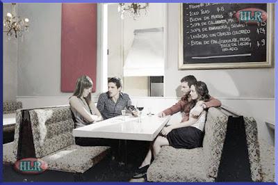 Imagen de la pareja discutiendo en el restaurante
